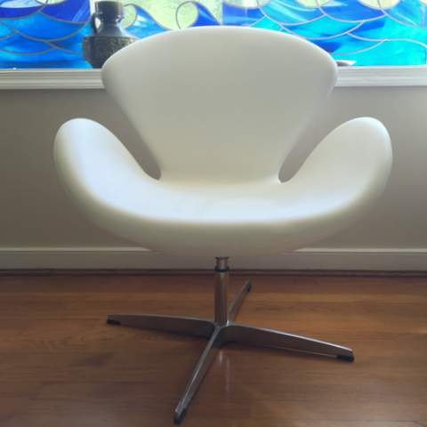 Ordinaire U003cSOLDu003e This Is A Pair Of Swan Chairs Originally Designed By Arne Jacobsen  In 1958. In Flawless White Leather, This Swivel Chair Has Fluid Curves With  Single ...