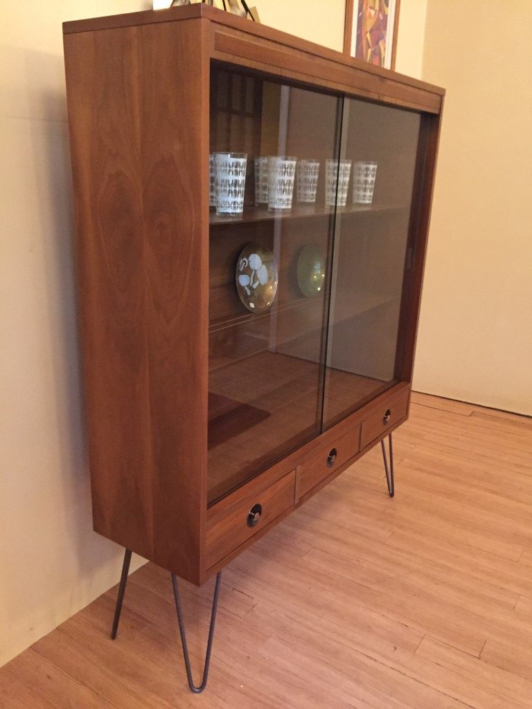 Mcm glass fronted walnut display cabinet with drawers by for Sideboard glasfront